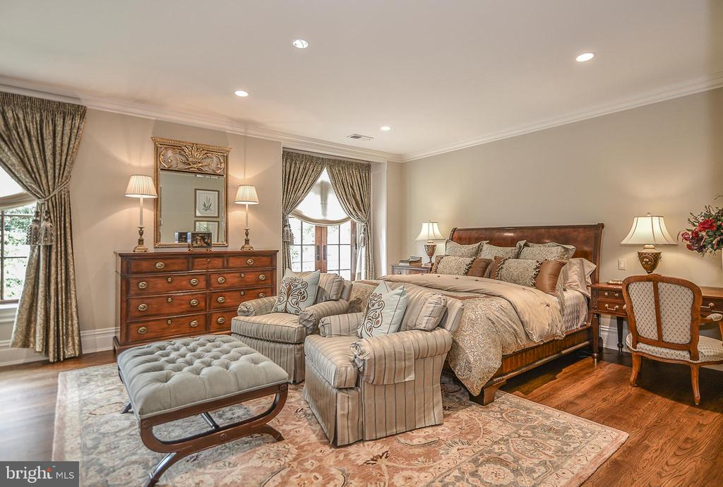 Upper Level (2nd) Master Suite w/ Designer Bath - 6126 FRANKLIN PARK RD, MCLEAN