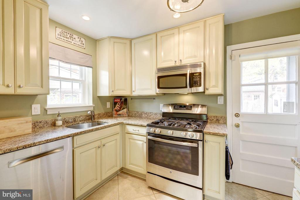 Updated kitchen with stainless steel appliances - 3125 1ST PL N, ARLINGTON