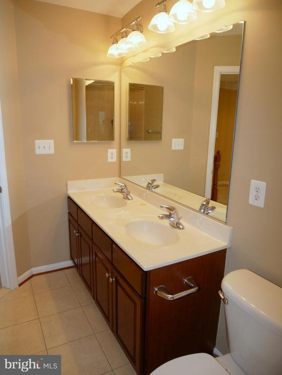 42863 Conquest Circle Upper Level Full Hall Bath - 42863 CONQUEST CIR, ASHBURN