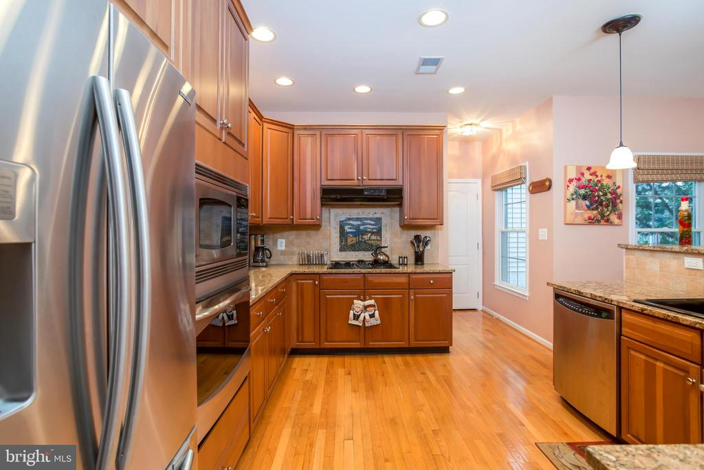 VIEW 2 OF GOURMET KITCHEN W/HARDWOOD FLOORS. - 19676 PLAYER CT, ASHBURN