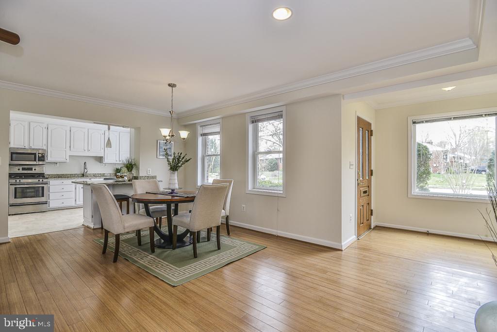 Open floorplan & upgrades throughout! - 5620 INVERCHAPEL RD, SPRINGFIELD