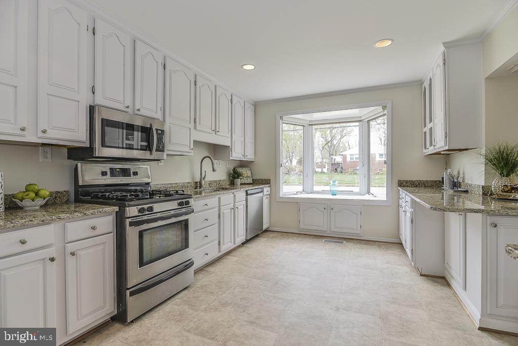 Gleaming granite counters & new vinyl flooring - 5620 INVERCHAPEL RD, SPRINGFIELD