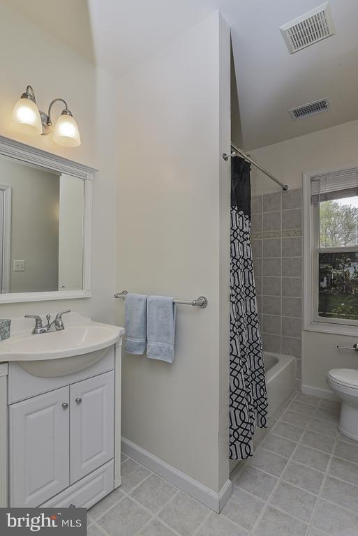 Dedicated bath for guest bedroom - 5620 INVERCHAPEL RD, SPRINGFIELD