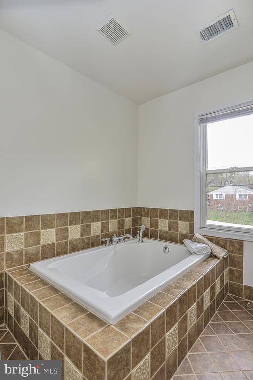Large soaking tub in master bath - 5620 INVERCHAPEL RD, SPRINGFIELD