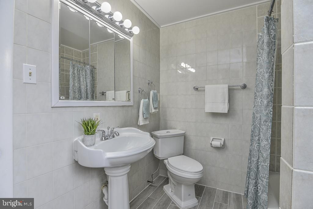 Newly updated full bath on main level - 5620 INVERCHAPEL RD, SPRINGFIELD