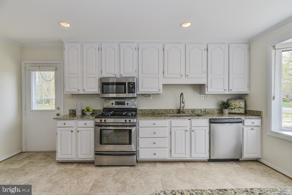 Stainless steel appliances! - 5620 INVERCHAPEL RD, SPRINGFIELD