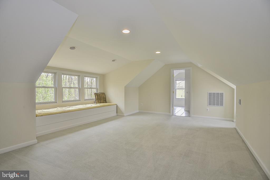 Huge upper level bedroom with dedicated bath - 5620 INVERCHAPEL RD, SPRINGFIELD