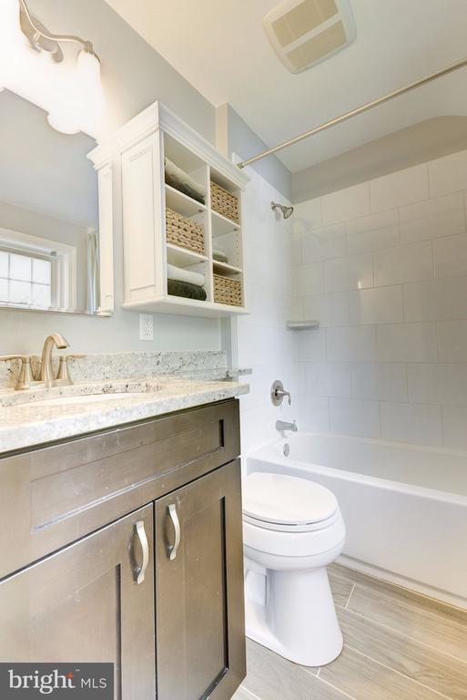 Upper level updated bathroom - 3125 1ST PL N, ARLINGTON