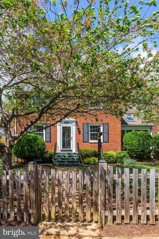Full Fenced with Charming Picket Entry - 3125 1ST PL N, ARLINGTON
