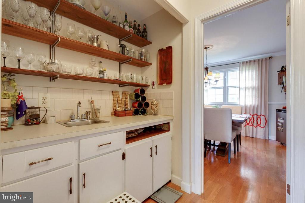 Butler's pantry with wet bar and food storage - 5304 KAYWOOD CT, FAIRFAX
