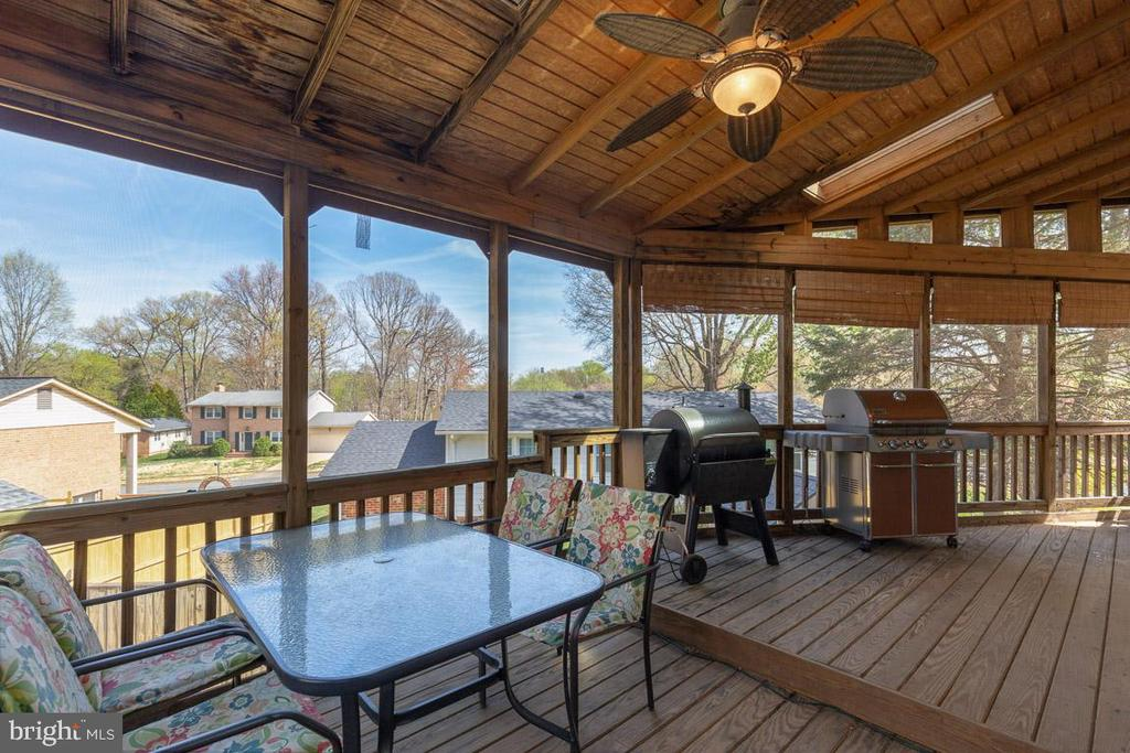 Screened porch extends the living space - 5304 KAYWOOD CT, FAIRFAX