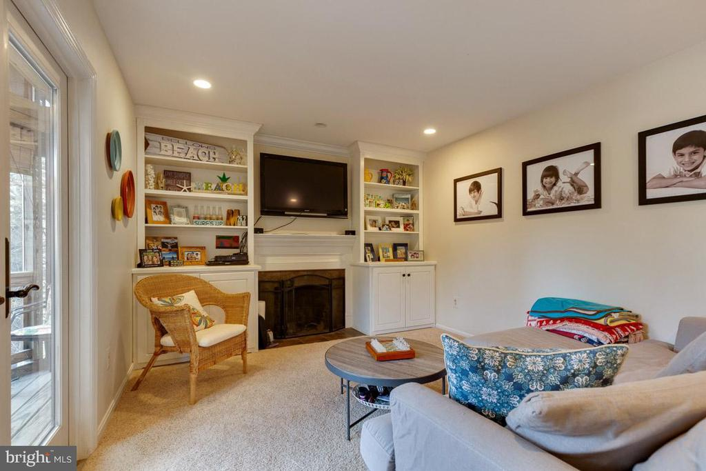 Family room with built-in shelves and fireplace - 5304 KAYWOOD CT, FAIRFAX