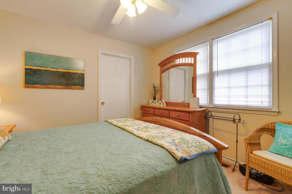 Bedroom 3 with access to bonus room - 5304 KAYWOOD CT, FAIRFAX