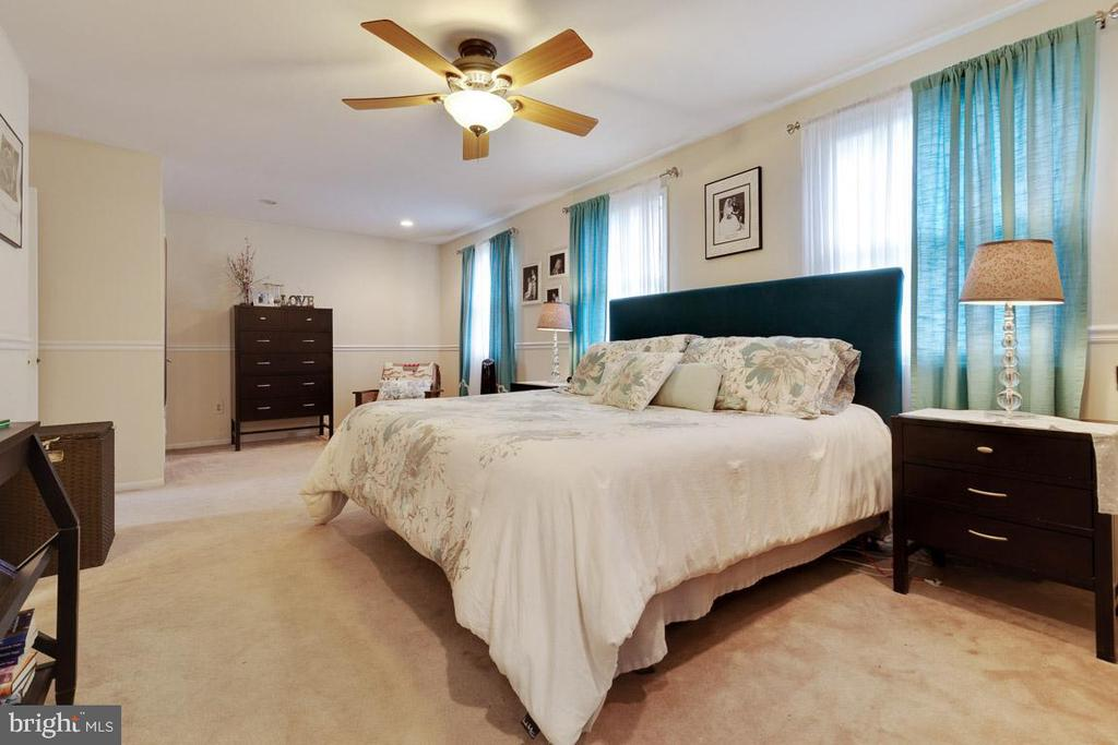 Master bedroom with two closets! - 5304 KAYWOOD CT, FAIRFAX