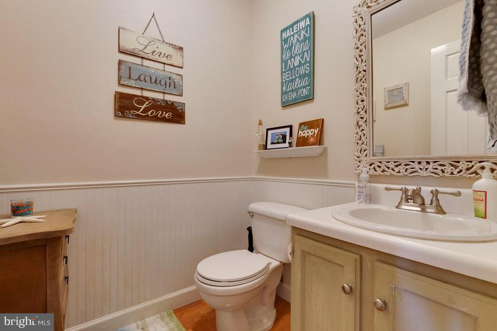 Half bathroom on main level - 5304 KAYWOOD CT, FAIRFAX