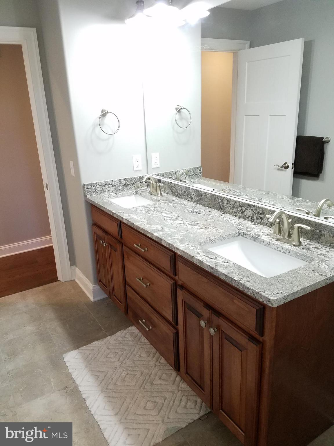 Hall bath w/double bowl vanity