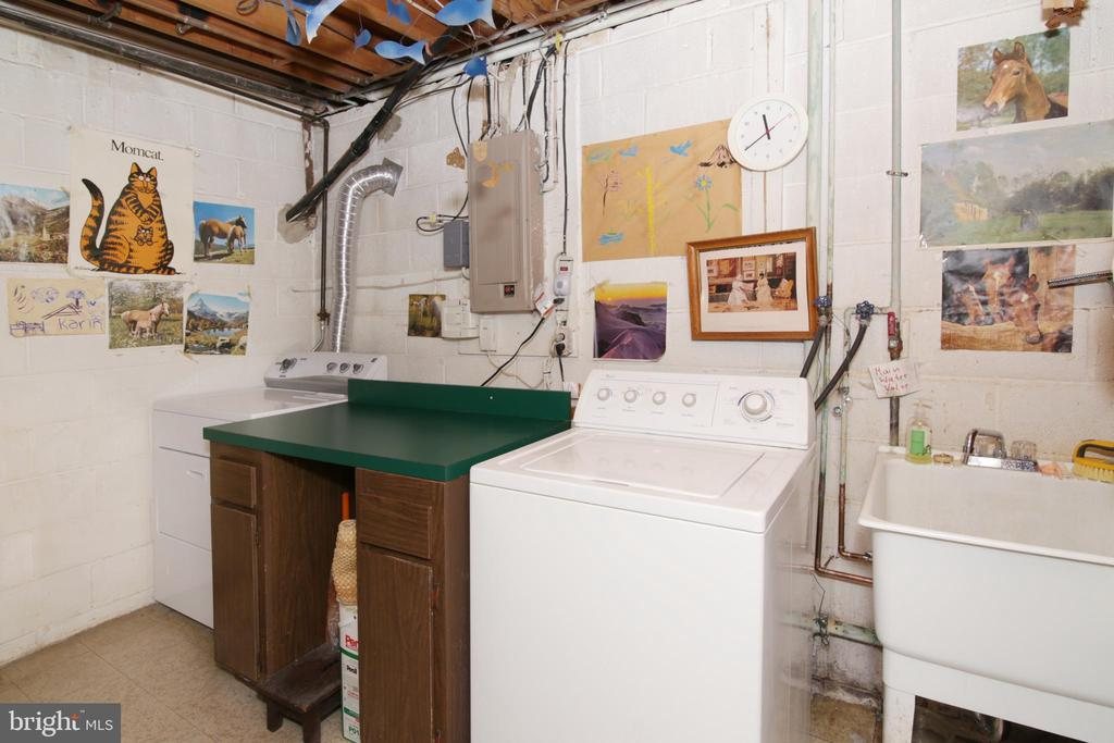 Large laundry room with folding table - 3610 PRINCE WILLIAM DR, FAIRFAX