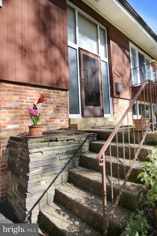 Flagstone wall and steps to front door - 3610 PRINCE WILLIAM DR, FAIRFAX