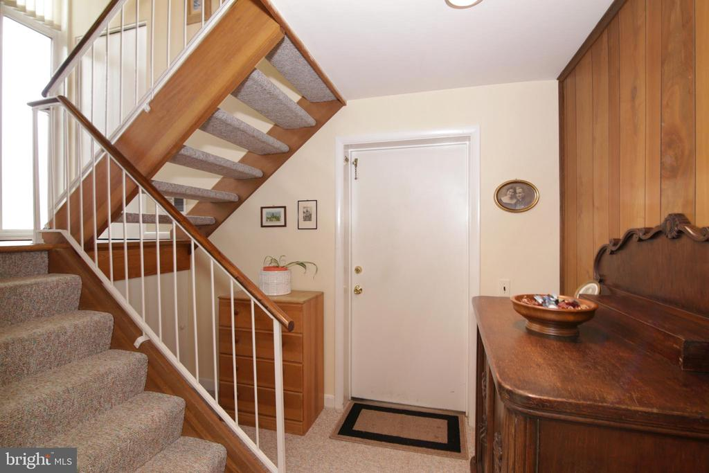 Popular open steps to main level - 3610 PRINCE WILLIAM DR, FAIRFAX