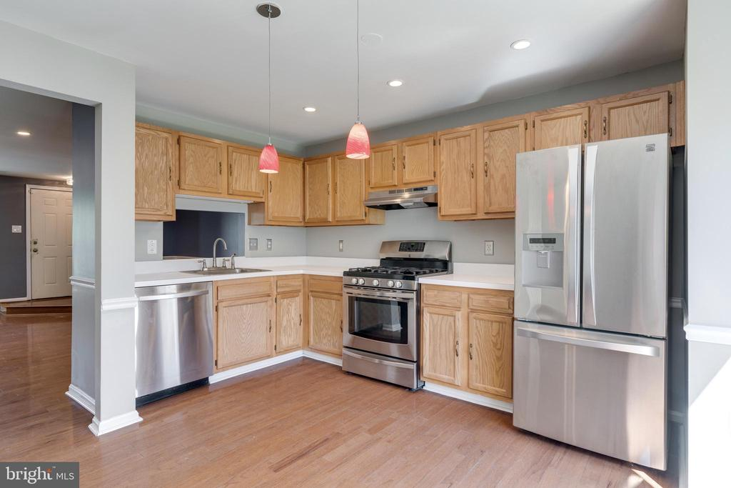 Bright & open kitchen with space for table or fami - 8021 EDINBURGH DR, SPRINGFIELD