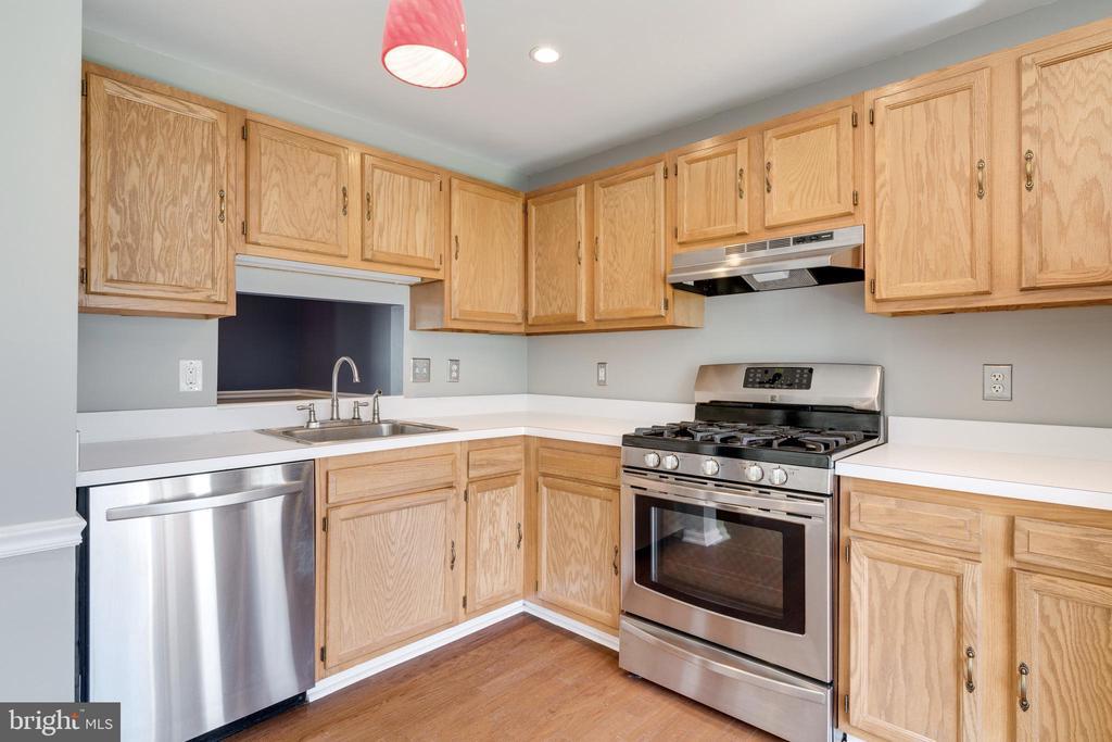 Updated kitchen - 8021 EDINBURGH DR, SPRINGFIELD