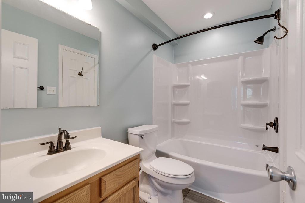 New tub, flooring & freshly painted! - 8021 EDINBURGH DR, SPRINGFIELD