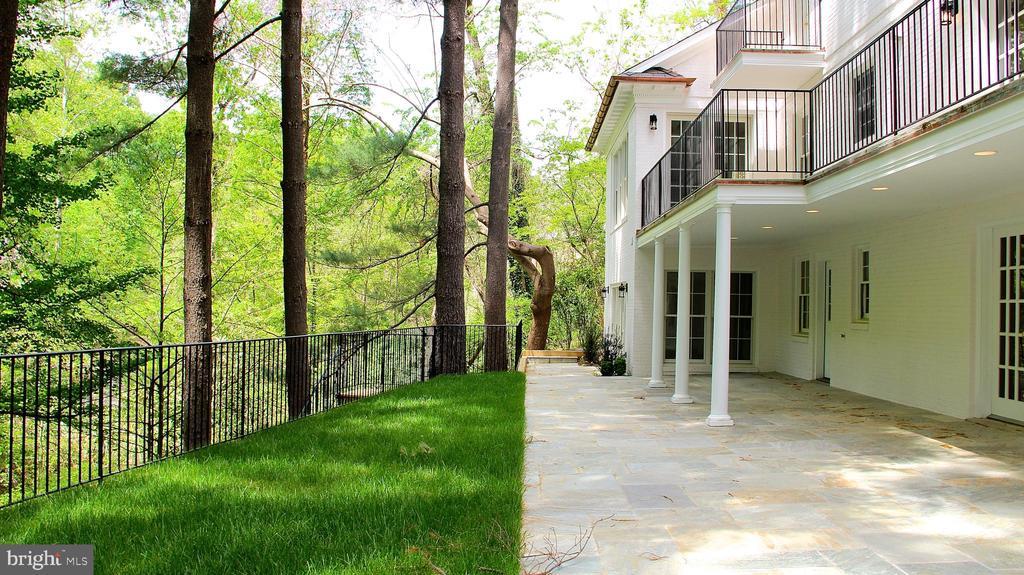 backyard and woods - 3115 NORMANSTONE TER NW, WASHINGTON