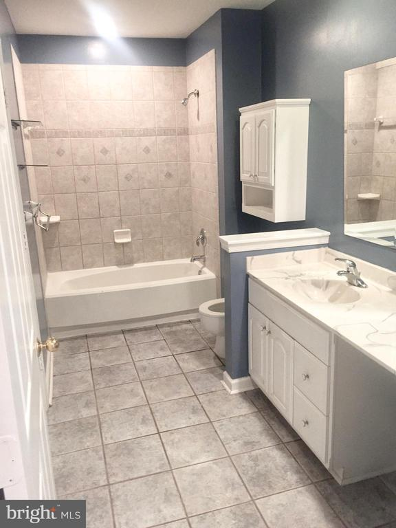 Spacious bath with large counter & vanity area - 20303 BEECHWOOD TER #102, ASHBURN