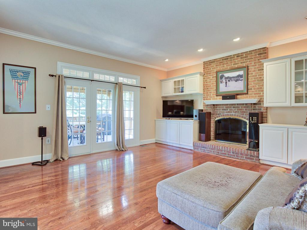Step down family room with built in shelving - 20594 BROADNAX PL, ASHBURN