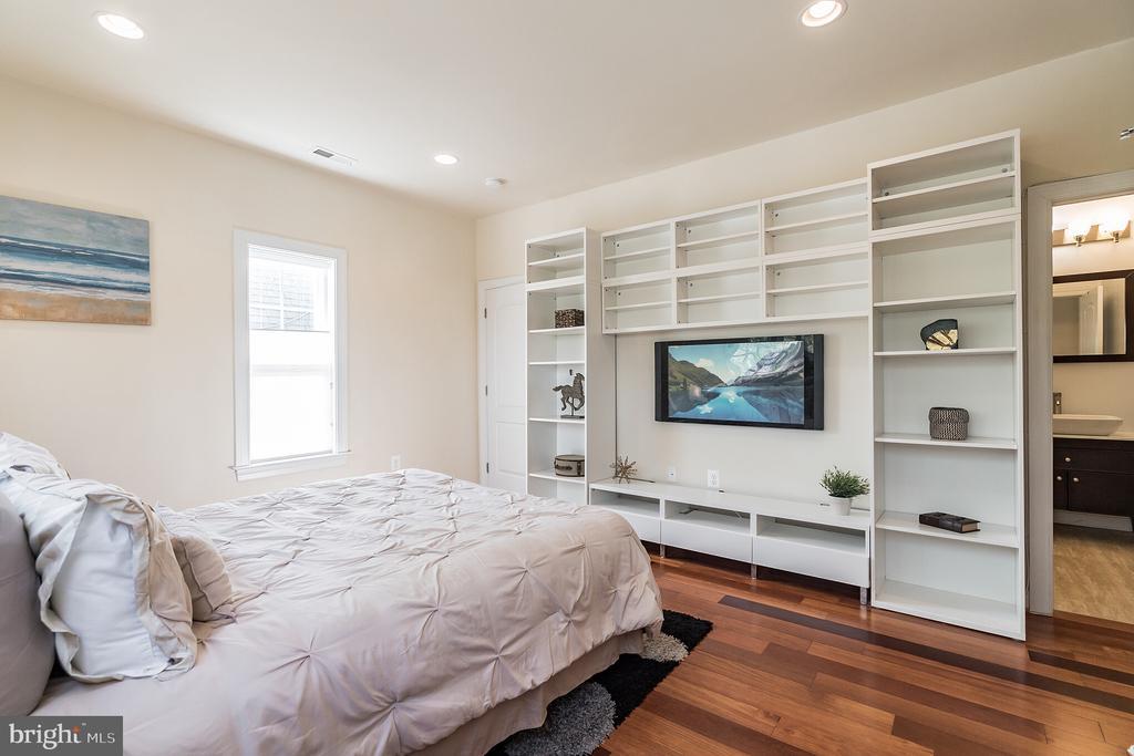 Built-in book shelves - 3520 SOUTH DAKOTA AVE NE, WASHINGTON