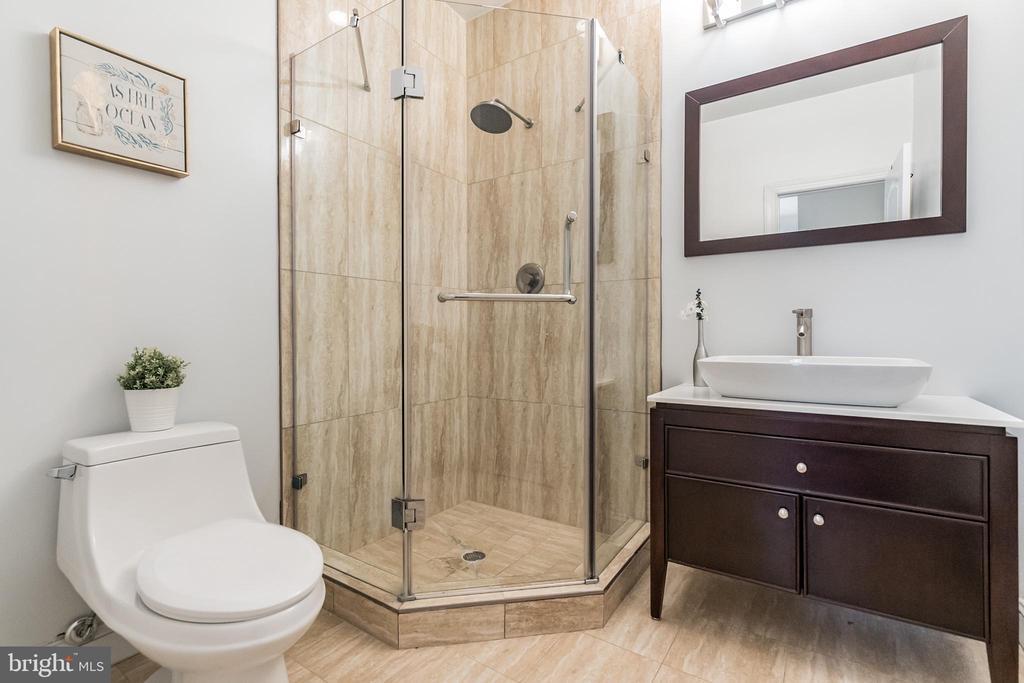 Master en suite bathroom - 3520 SOUTH DAKOTA AVE NE, WASHINGTON