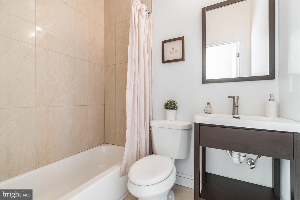 Full Bath - 3520 SOUTH DAKOTA AVE NE, WASHINGTON