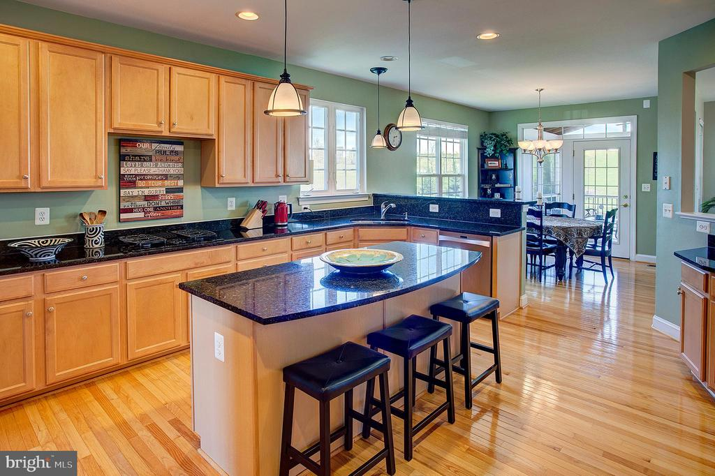 Gorgeous kitchen with island - 43137 BUTTERFLY WAY, LEESBURG
