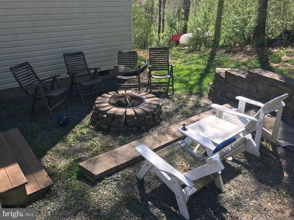 Outdoor fire pit great for family time - 38834 LIME KILN RD, LEESBURG