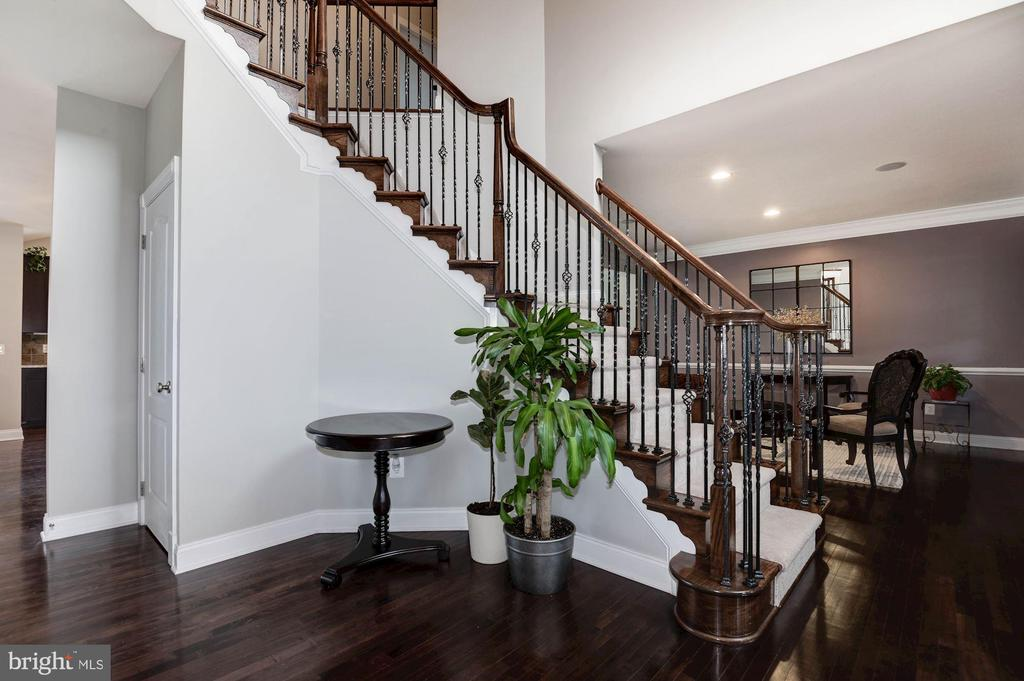 Oak Stairs - 43341 BARNSTEAD DR, ASHBURN