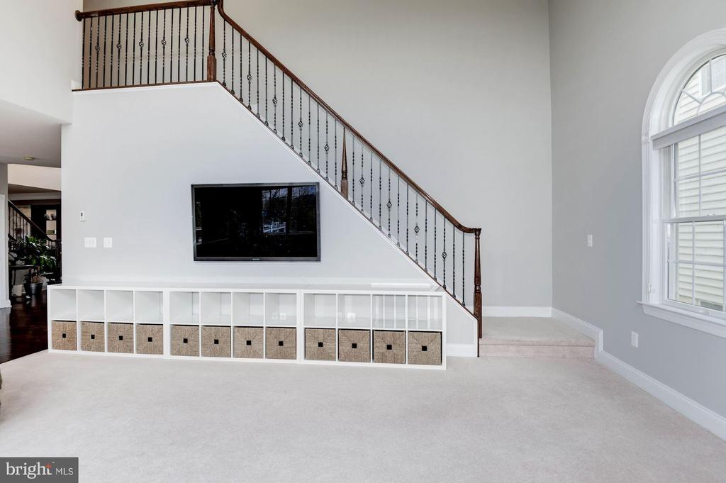 Family room with convenient rear stair - 43341 BARNSTEAD DR, ASHBURN