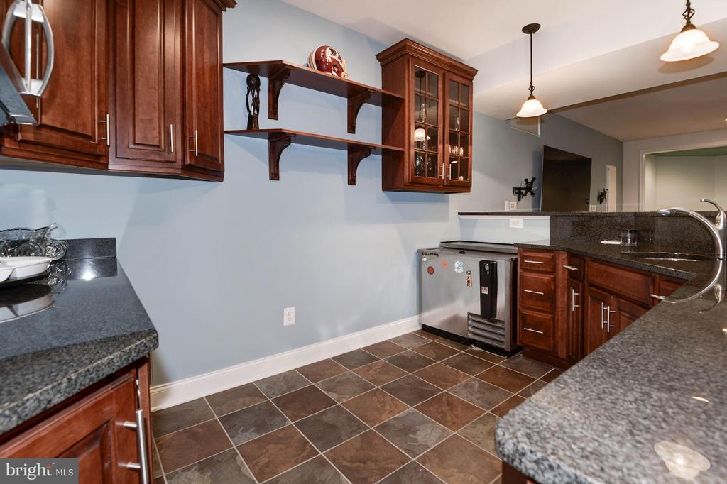 Wet Bar in Basement - 43341 BARNSTEAD DR, ASHBURN