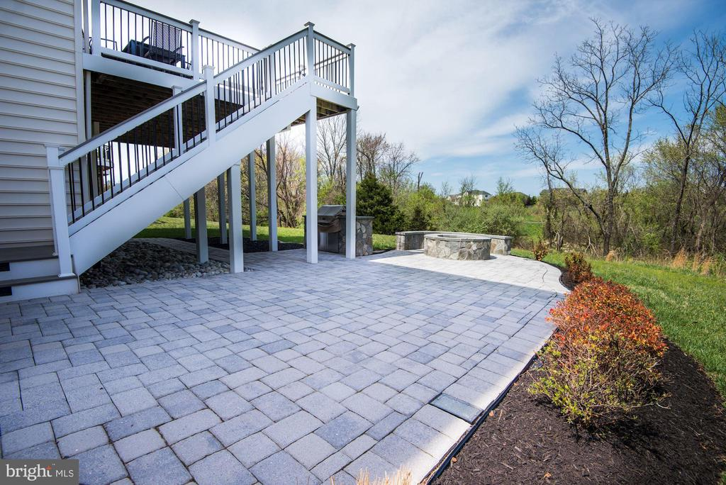 Patio with pavers - 43341 BARNSTEAD DR, ASHBURN