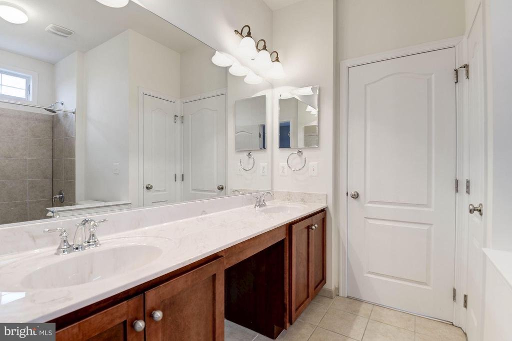 Jack & Jill Bathroom - 43341 BARNSTEAD DR, ASHBURN
