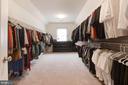 Large expanded MBR walk-in closet - 43341 BARNSTEAD DR, ASHBURN