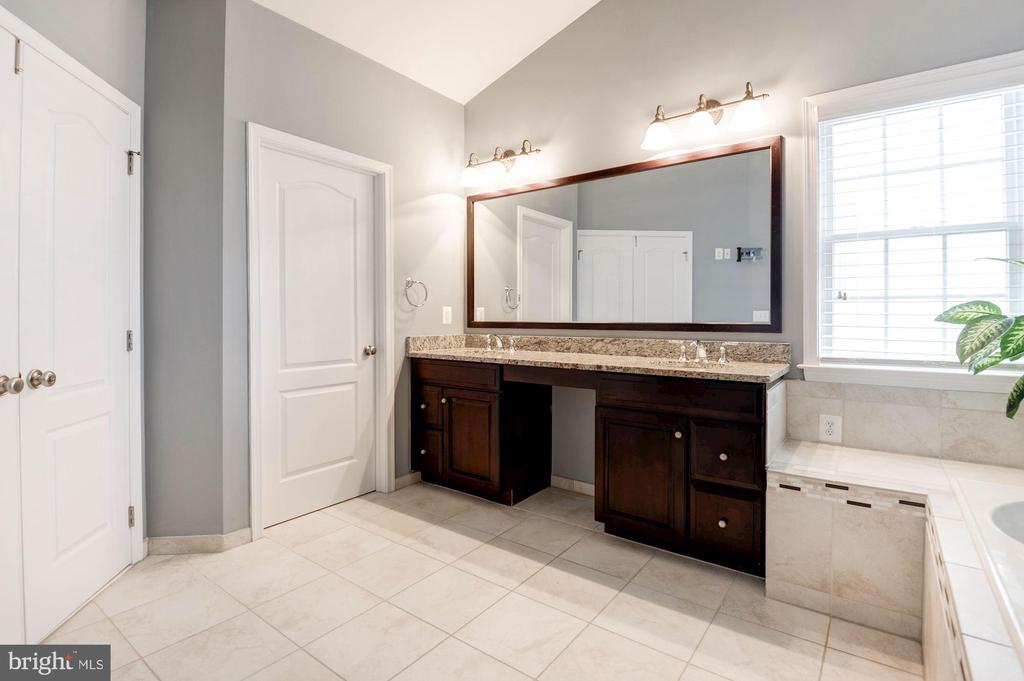 Dual Vanity sinks in Master Bathroom - 43341 BARNSTEAD DR, ASHBURN