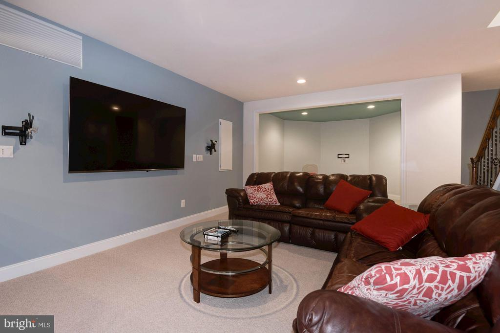 Entertainment Area with multiple TV mounts - 43341 BARNSTEAD DR, ASHBURN