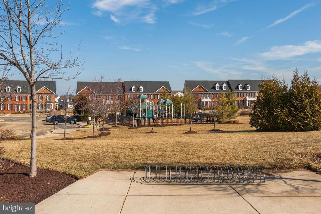 Tot Lot/Playground - 43341 BARNSTEAD DR, ASHBURN