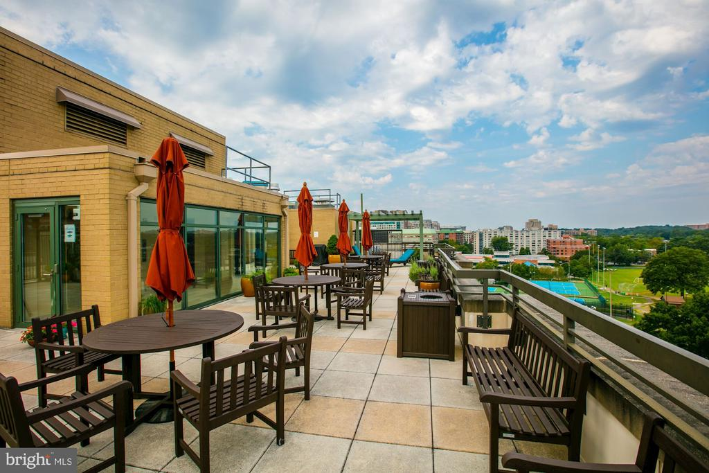 Rooftop terrace with tables - 3625 10TH ST N #602, ARLINGTON