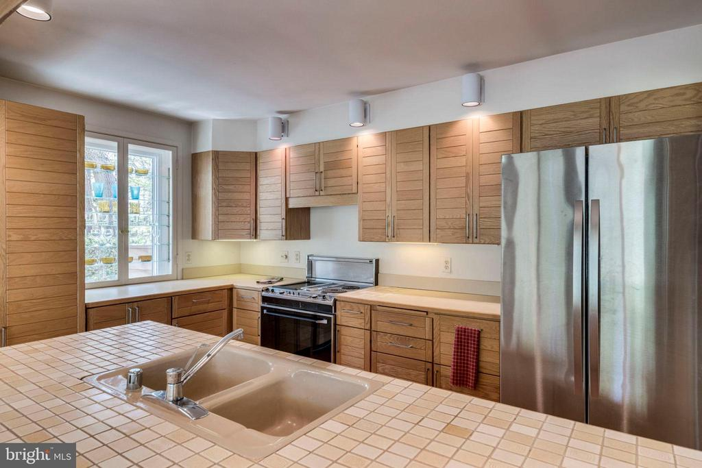 Bright kitchen with new, stainless refrigerator - 8522 & 8520 FOREST ST, ANNANDALE