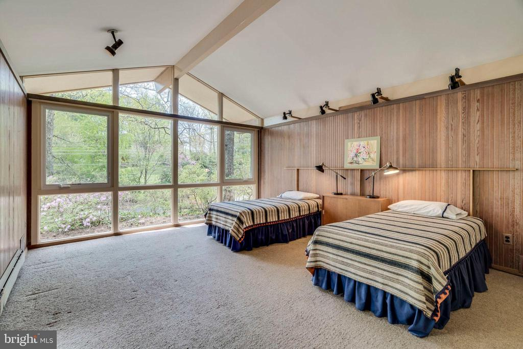 Large second bedroom has plenty of natural light - 8522 & 8520 FOREST ST, ANNANDALE