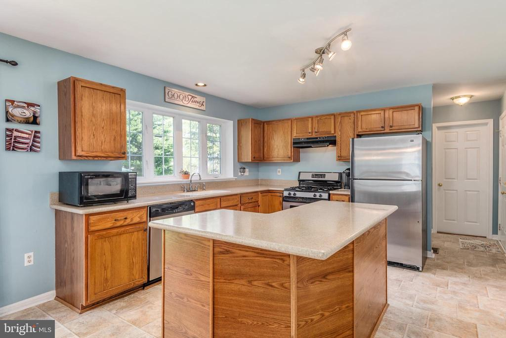 Spacious Island with Corian countertops - 27 HALIFAX CT, STAFFORD