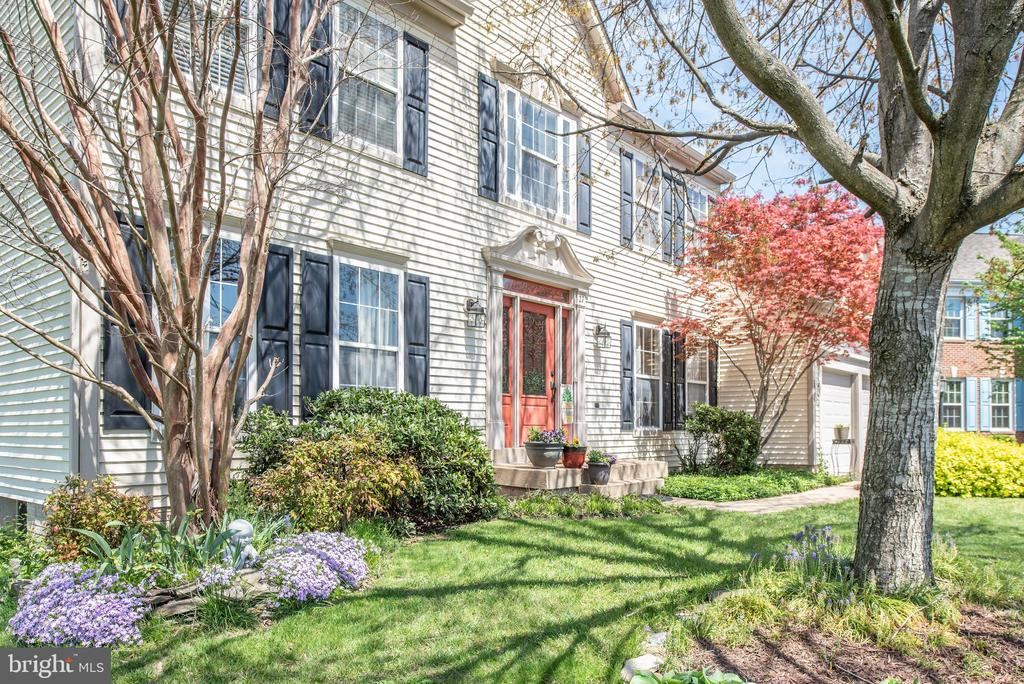 Beautifully Landscaped front Yard - 27 HALIFAX CT, STAFFORD
