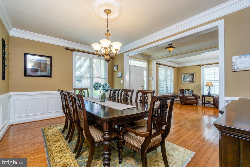 Dining room features square & box molding - 43604 HABITAT CIR, LEESBURG
