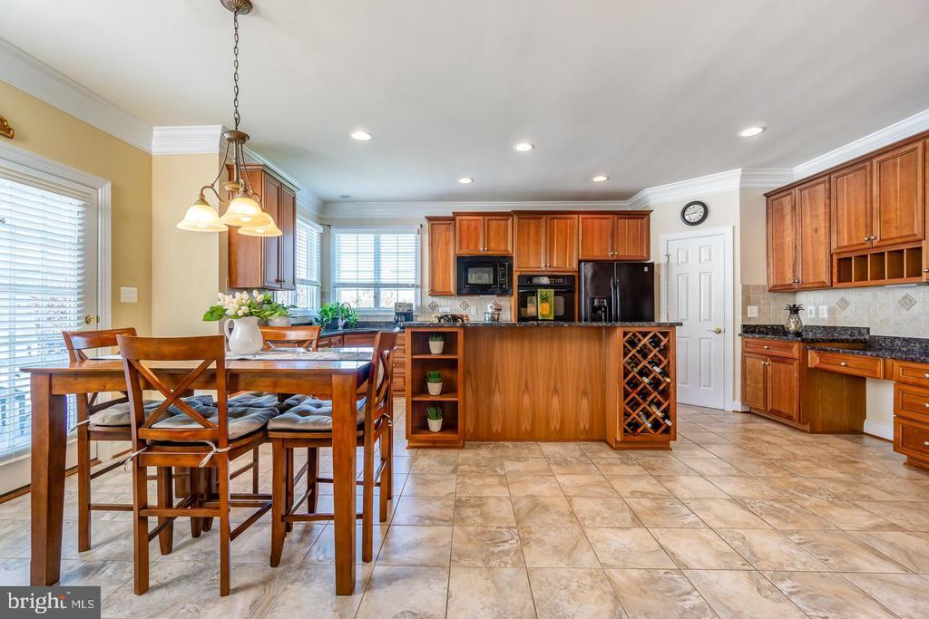 Kitchen w/large breakfast area - 43604 HABITAT CIR, LEESBURG